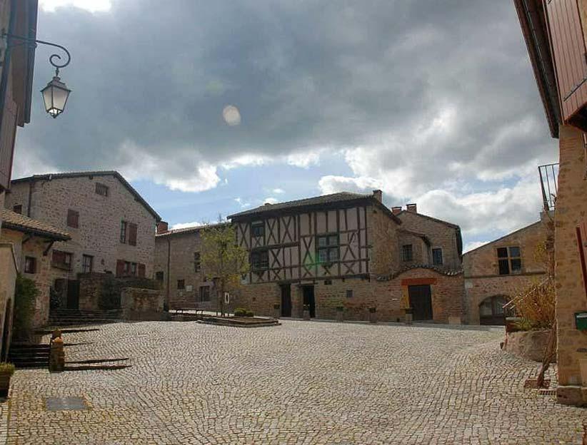 Nach dem Französischunterricht: ein Besuch an dem mittelalterlichen Dorf Saint Haon le Châtel